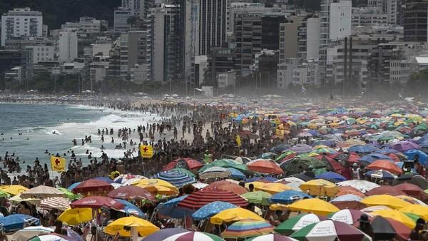 Wisatawan memadati Pantai Ipanema di Rio de Janeiro, Brasil, Minggu (24/1/2021).