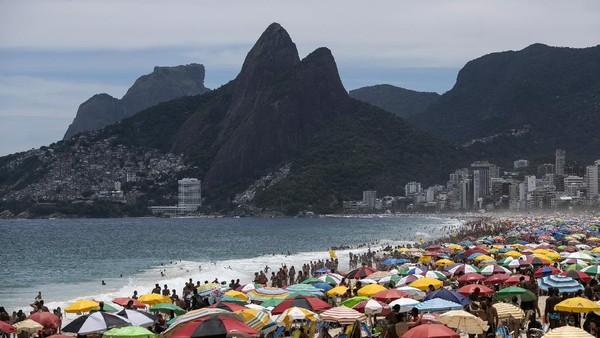 Wisata pantai memang menjadi salah satu destinasi wisata paling populer di Brasil.