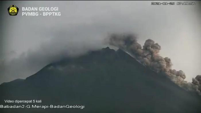 Gunung Merapi erupsi keluarkan awan panas sejauh 1,2 km, Senin (25/1/2021).