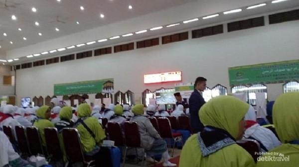 Pada saat tiba di Asrama Haji, calon jamaah haji hanya membawa tas tenteng dan tas paspor. Koper besar dibawa oleh petugas.