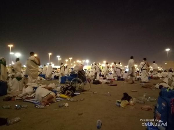 Pada puncak haji atau Armina, jamaah membawa tas tenteng dan tas paspor. Koper besar ditinggal di hotel.