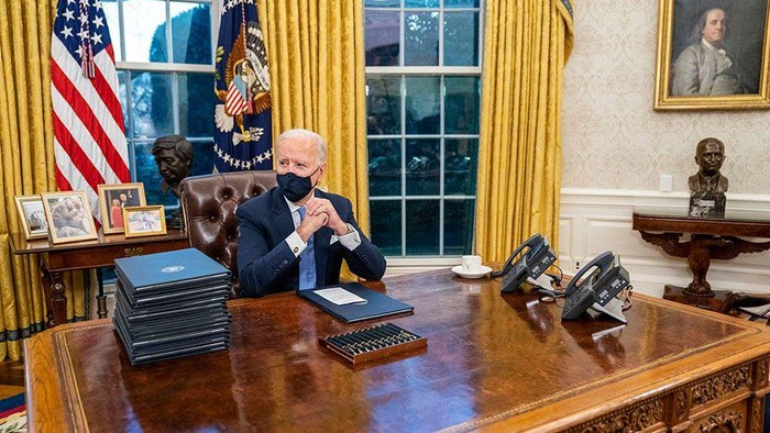Joe Biden berkantor di Ruang Oval Gedung Putih, rombak dekorasi peninggalan Donald Trump