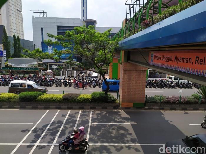 JPO Kantor Wali Kota Depok terhalang parkir motor-mobil. (Ajat/detikcom)