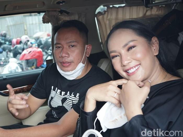 Presenter Vicky Prasetyo bersama Kalina dan anak - anaknya saat ditemui dikawasan Tendean, Jakarta, Senin, (25/01/2021).