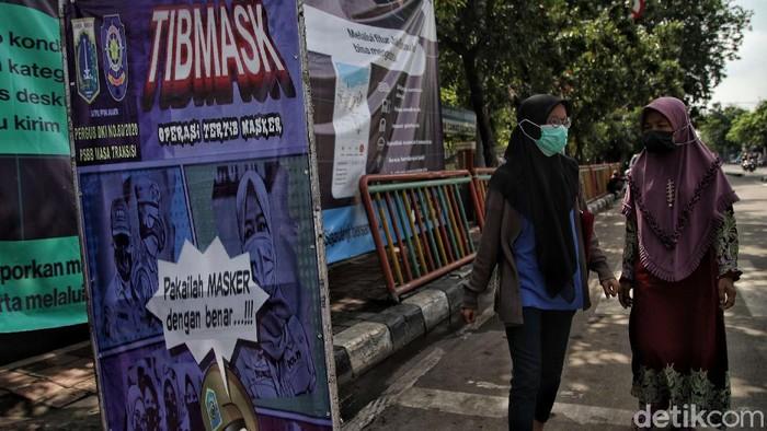 Kasus positif COVID-19 di Indonesia bertambah lagi di tengah penerapan PPKM-vaksinasi virus Corona. Per hari ini, total kasus COVID-19 di RI capai 999.256 orang