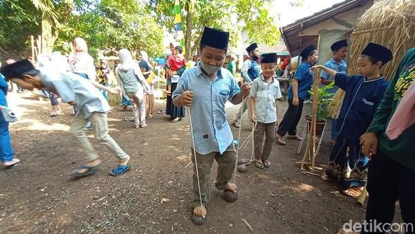 Terlihat anak-anak tengah asik bermain permainan tradisional. Berbagai macam permainan tradisional disiapkan oleh pihak panitia. Mulai dari permainan sawahan, egrang, dakon, hingga lompat tali.