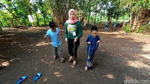 Di Dukuh Piji Wetan, Desa Lau, Kecamatan Dawe, Kudus masih ada anak-anak muda yang peduli dan berupaya untuk melestarikan permainan tradisional. Mereka pun menggelar acara Kampung Budaya Piji Wetan beberapa waktu lalu.