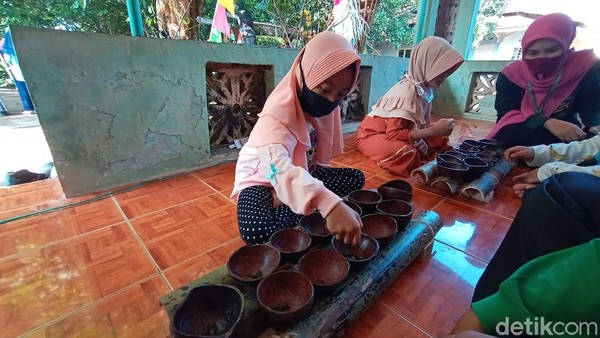Kita memperkenalkan kembali pada anak-anak. Ini permainan zaman dulu, punya nilai, dan biar tidak HP terus, kata Panitia Kampung Budaya Piji Wetan, Rhy Husaeni.