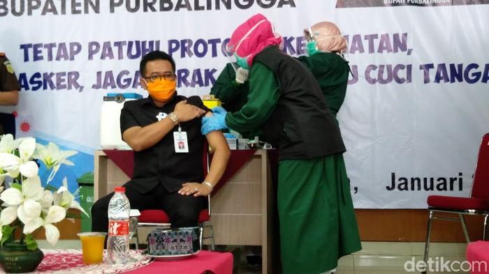 Ketua DPRD Purbalingga Bambang Irawan, saat divaksinasi Corona