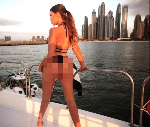 Bergaya di atas Yacht, ini Jenna saat berada di Marina Dubai. (Instagram/Jenna Bentley)