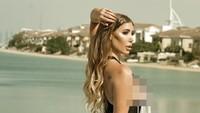 Potret Liburan Model Playboy yang Ditolak untuk Operasi Payudara