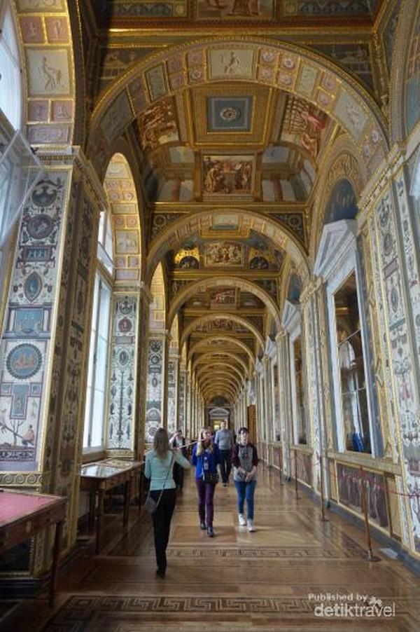 Winter Palace ini punya 1.500 ruangan, 117 tangga, dan hampir 2.000 jendela.