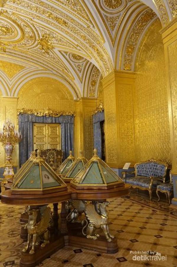 Di Winter Palaceini pengunjung bisa melihat barang-barang yang berkaitan dengan Peter the Great termasuk lukisan dan artefak pribadinya.