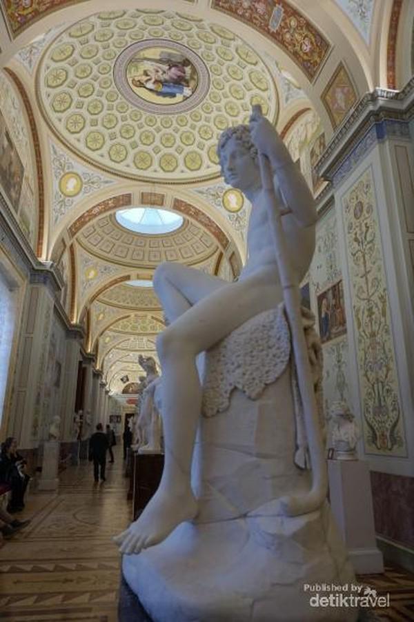 Langit-langit di setiap ruangan dan koridor Winter Palace sungguh menawan.