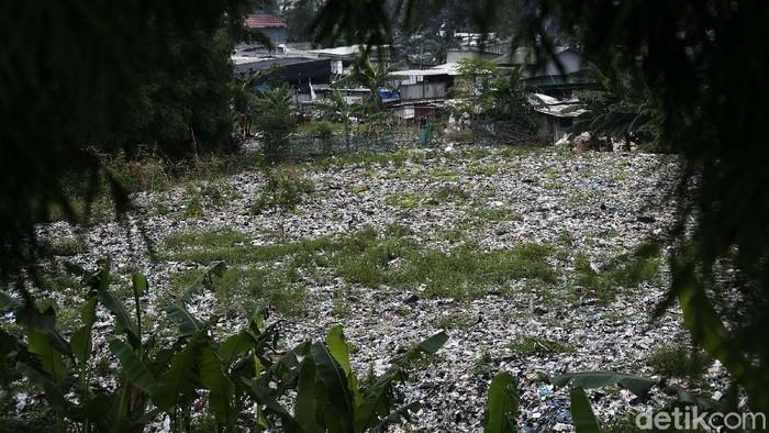 Lautan sampah seluas lapangan bola di pinggir Tol JORR, Kampung Caman Utara, Kota Bekasi, viral di Medsos. Tumpukan sampah itu berada tidak jauh dari pemukiman.