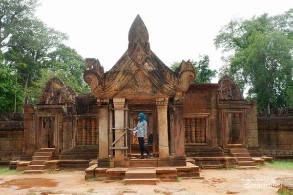 Banteay Srei yaitu kuil yang di dominasi material batu pasir merah.