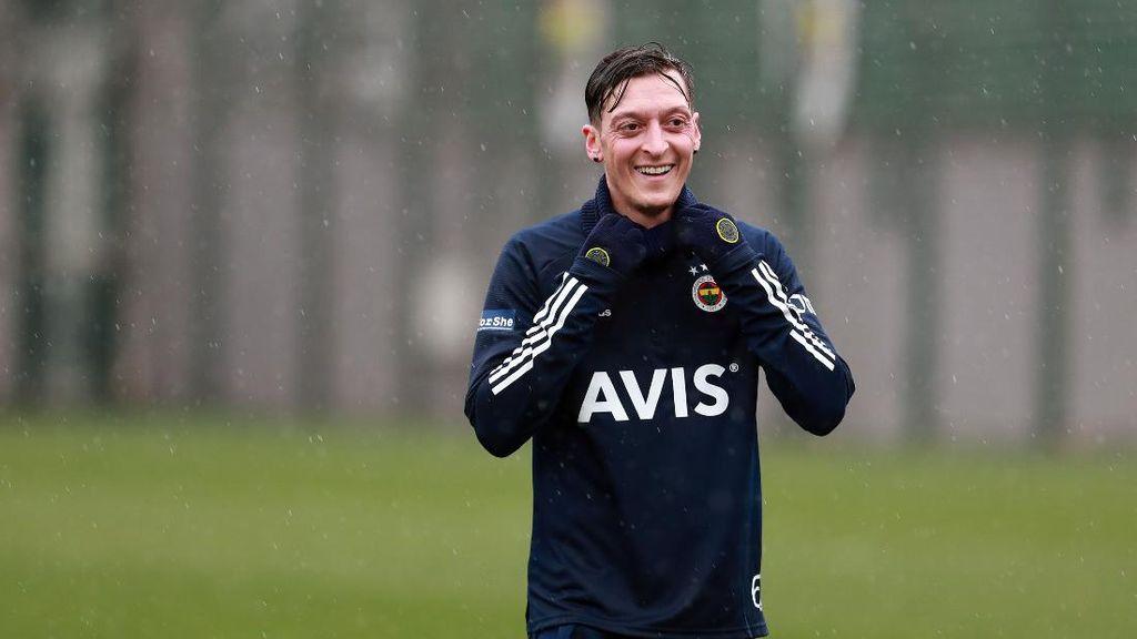 Mesut Oezil Tersenyum Kembali di Fenerbahce