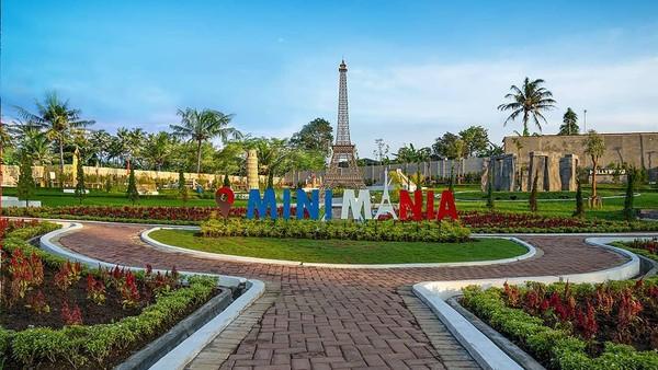 Taman Mini Mania punya berbagai miniatur ikon wisata di dunia, misalnya Menara Eiffel, Menara Pisa hingga Patung Liberty. Lengkap juga dengan informasi dari masing-masing replika.(Mini Mania/instagram)