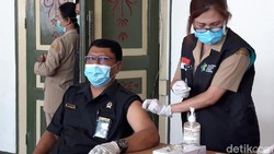 Vaksinasi Corona di Boyolali dimulai. Diawali dengan pencanangan vaksinasi kepada para tokoh masyarakat dan dilanjutkan kepada tenaga medis, Senin (25/12021).