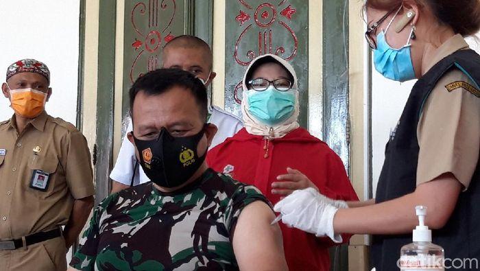 Vaksinasi Corona di Boyolali dimulai. Diawali dengan pencanangan vaksinasi kepada para tokoh masyarakat dan dilanjutkan kepada tenaga medis, Senin (25/12021). Ada 10 tokoh masyarakat di Boyolali yang mendapatkan vaksin pertama kali, termasuk Bupati, Seno Samodro.