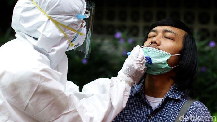 Kasus positif COVID-19 di Indonesia terus bertambah dan diprediksi tembus 1 juta kasus di tengah penerapan PPKM dan dicanangkannya vaksinasi virus Corona.