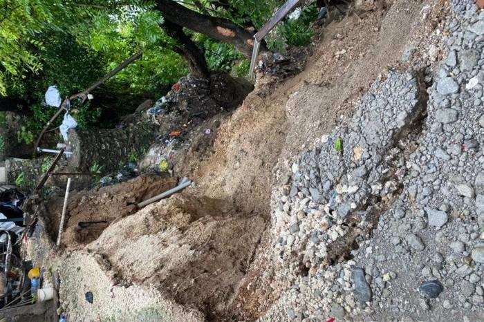 Peristiwa tanah longsor yang terjadi di bantara kali Liliba, Kota Kupang, NTT, pada Senin (25/1/2021). (ANTARA/HO-BPBD Kota Kupang)