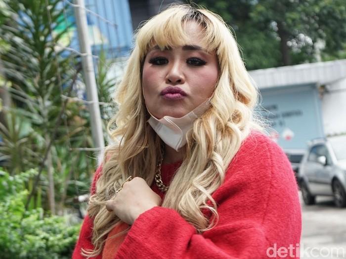 Penyanyi Pinkan Mambo saat ditemui dikawasan Tendean, Jakarta, Senin, (25/01/2021).