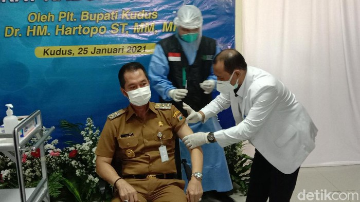 Plt Bupati Kudus, HM Hartopo, mendapat vaksinasi Corona