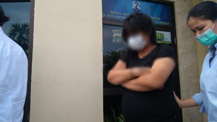Polisi amankan perempuan yang berbuat mesum di halte bus Senen, Jakpus