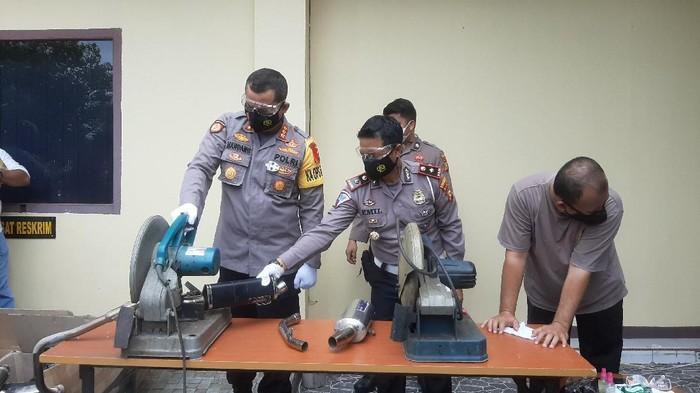 Polisi musnahkan knalpot brong di Pekanbaru (Raja Adil-detikcom)