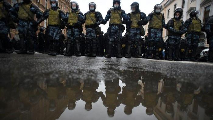 Polisi Rusia mengamankan demonstrasi aksi mendukung Alexei Navalny (AFP Photo)