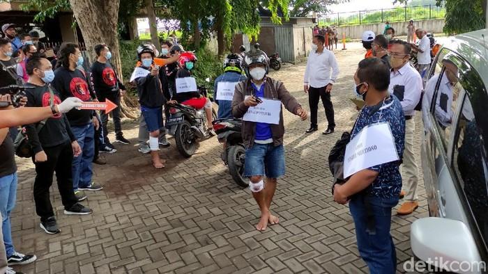 Polisi menggelar prarekonstruksi perampokan setengah miliar rupiah di Kota Semarang. Para tersangka pun dihadirkan dalam proses prarekonstruksi tersebut.