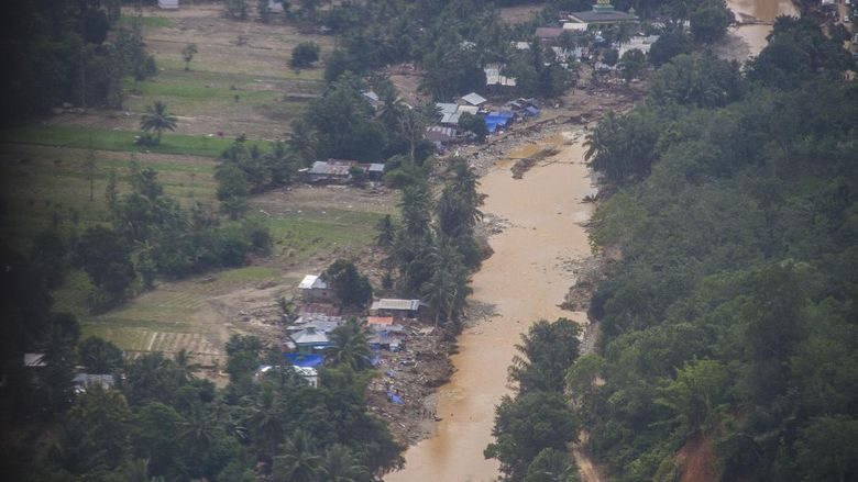 Warga melihat kondisi sebuah bangunan sekolah dasar negeri yang terdampak banjir bandang di Desa Datar Ajab, Kabupaten Hulu Sungai Tengah, Kalimantan Selatan, Minggu (24/1/2021). Berdasarkan data terbaru dari Badan Penanggulangan Bencana Daerah (BPBD) Provinsi Kalimantan Selatan pada Minggu (24/1/2021), bencana alam banjir di 11 Kabupaten/Kota di Kalimantan Selatan mengakibatan sebanyak 113.420 warga mengungsi serta berdampak pada 628 sekolah, 609 tempat ibadah, 75 jembatan, 99.258 rumah dan 46.235 hektare lahan sawah. ANTARA FOTO/Bayu Pratama S/foc.
