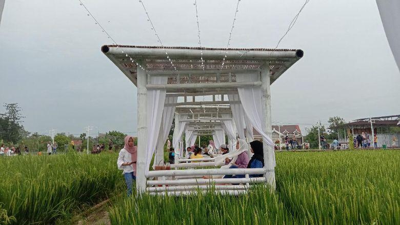 Kabupaten Kudus, Jawa Tengah memiliki tempat restoran yang baru hits. Namanya Resto Natural yang berada di tengah persawahan.