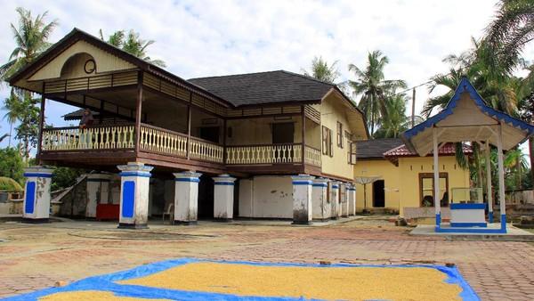 Suasana dan kondisi dari rumah peninggalan Datuk Laksamana Raja Di Laut IV Laksamana Ali Akbar di Kecamatan Bukit Batu, Bengkalis, Riau, Minggu (24/1/2021).
