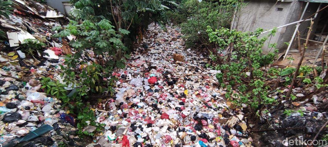 Sampah di Kali Baru Cijantung, Kampung Palsigunung, Cimanggis, Depok, Jawa Barat. (Taufieq Renaldi Arfiansyah/detikcom)