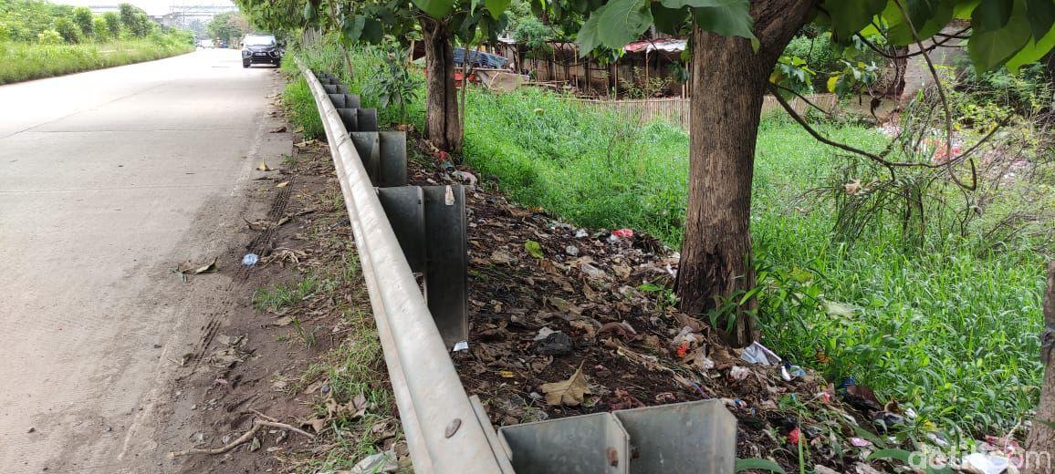 Sampah jelang Gerbang Tol Kalimalang 1, 25 Januari 2021. (Taufieq RA/detikcom)