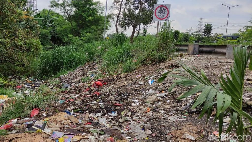 Sampah Jelang Gerbang Tol Kalimalang 1 Berkurang tapi Masih Tetap Banyak