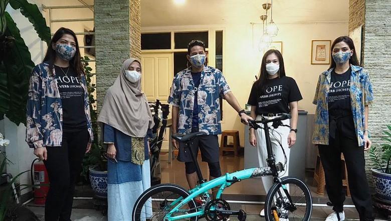 Sandiaga menerima sepeda HOPE