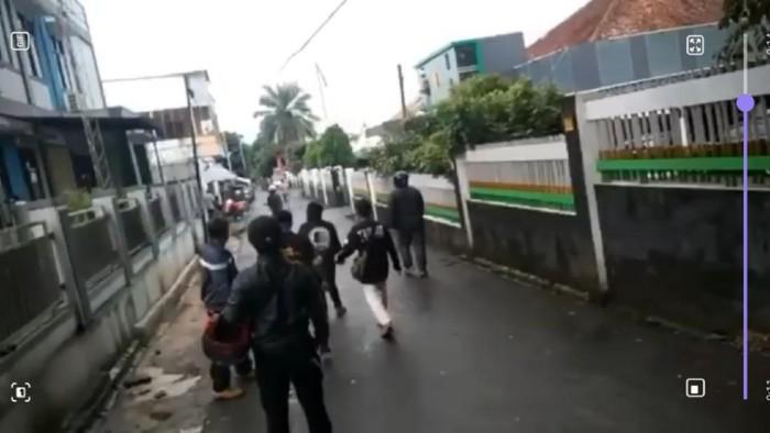 Sekelompok orang terlibat keributan di Sukabumi.