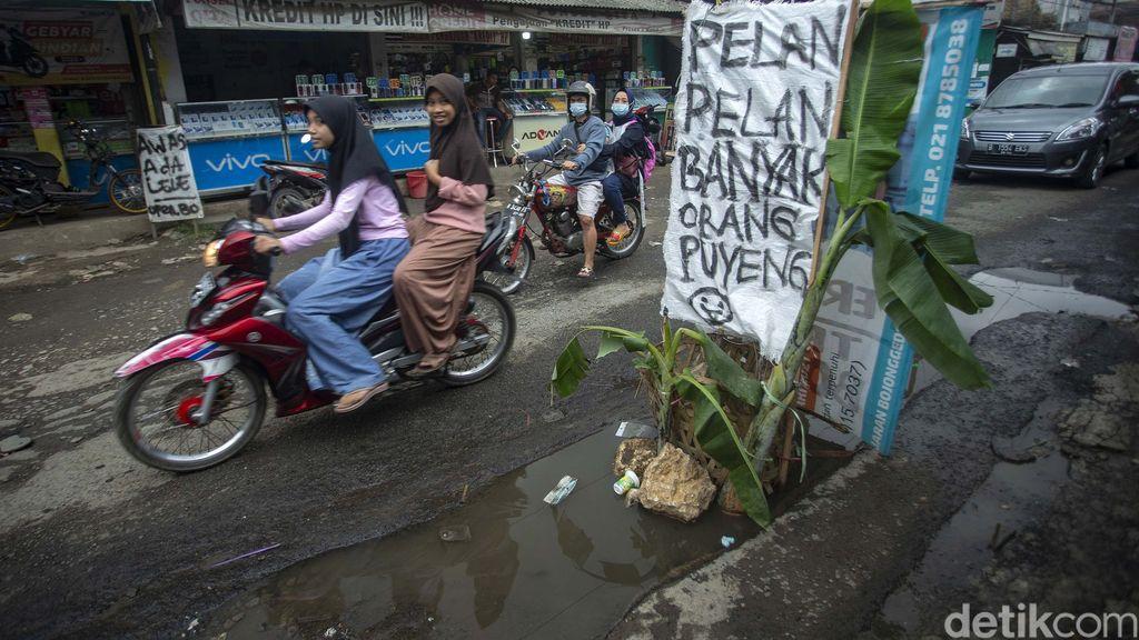 Jalan Pabuaran, Bojong Gede, Kabupaten Bogor, Jawa Barat, rusak parah. Warga menyindirnya dengan memasang spanduk hingga menanam pohon pisang.