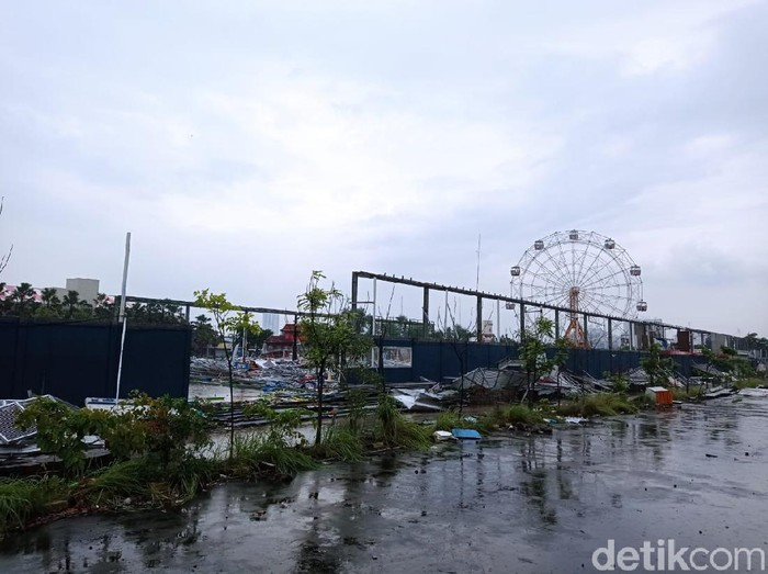 Suroboyo Carnival kini tinggal kenangan. Sebagian bangunan telah dirobohkan.