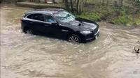 Maksa Lewat Banjir, Mobil Mewah Ini Malah Ngebul