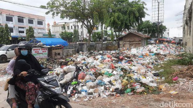 Tumpukan sampah di Pasar Cik Puan Pekanbaru dikeluhkan pedagang karena membuat omzet mereka makin kesusahan (Raja Adil/detikcom)