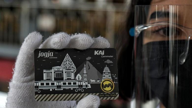 Karyawan membersihkan bagian pegangan tangan di dalam gerbong kereta rel listrik (KRL) Yogyakarta-Solo saat uji coba terbatas di Stasiun Tugu, Yogyakarta, Rabu (20/1/2021). KRL jalur Yogyakarta-Solo dijadwalkan uji coba secara terbatas dengan instansi pemerintahan dan pemangku kepentingan terkait hingga 31 Januari mendatang. ANTARA FOTO/Andreas Fitri Atmoko/wsj.