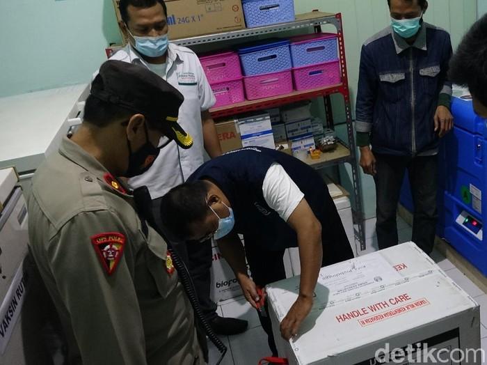 Kota dan Kabupaten Probolinggo sudah menerima vaksin COVID-19 tahap pertama. Masing-masing menerima 1.480 dan 3.000 dosis vaksin.