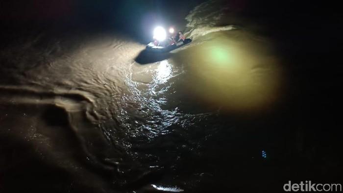 wanita terjun ke sungai bengawan solo