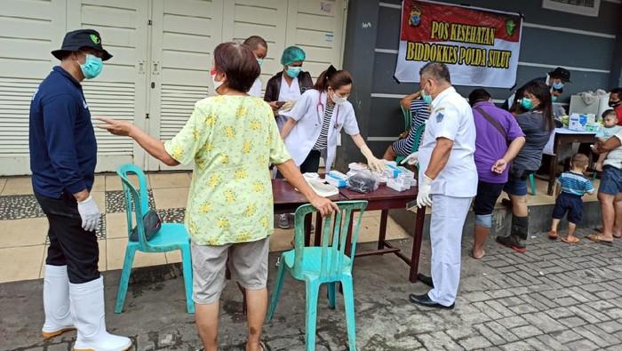 Warga Manado yang menjadi korban banji mendatangi posko kesehatan. Sejumlah warga mulai mengidap penyakit.