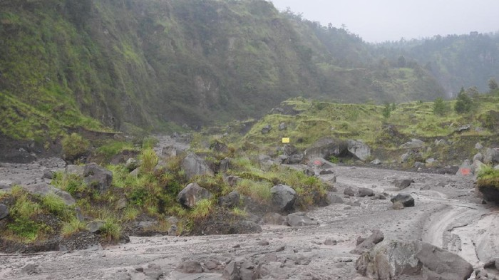 Warga mendatangi lokasi banjir lahar hujan Merapi di Sungai Woro, Klaten, Senin (25/1/2021).