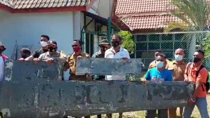 Warga Bintan, Kepulauan Riau (Kepri) temukan diduga serpihan sayap pesawat.